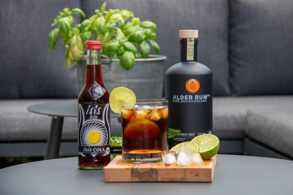 isis Bio Cola und Alder Rum mit Long Drink Glas Eiswürfel und Lemon