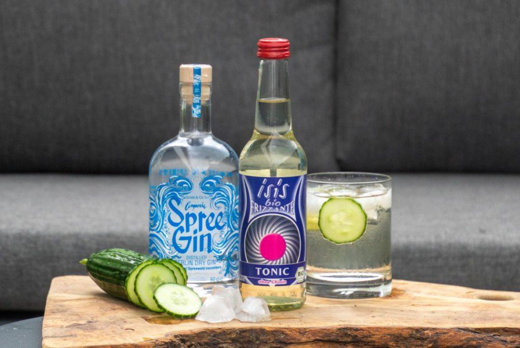 Spree Gin isis Bio Tonic Long Drink mit Eiswürfel und Gurke