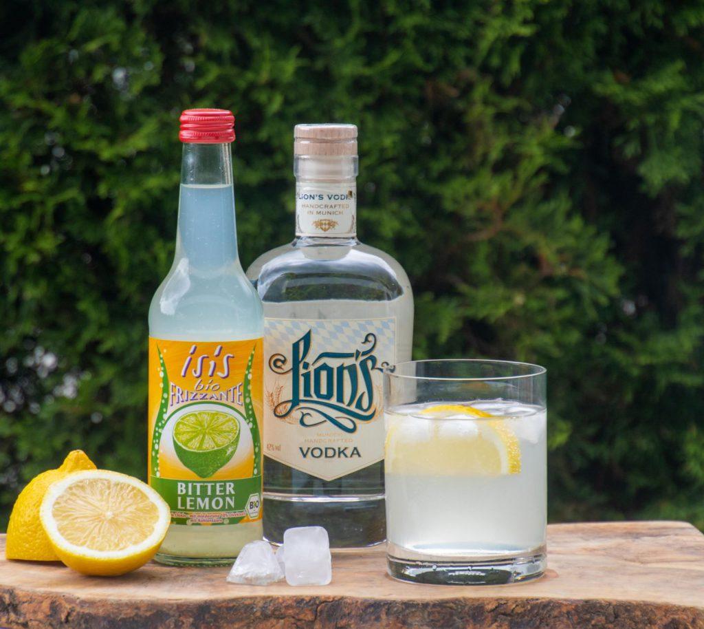 Lions Vodka mit isis Bitter Lemon Long Drink Glas Zitrone und Eiswürfel